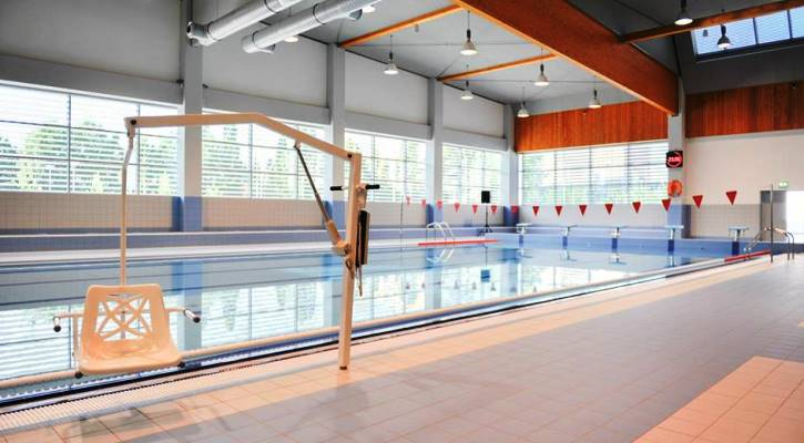 Hydraulický zvedák u plaveckého bazénu Jedenáctka VS
