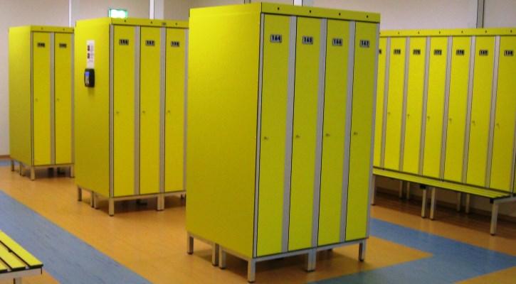 Šatní skříňky ve vstupu do dětského centra v areálu Jedenáctka Chodov