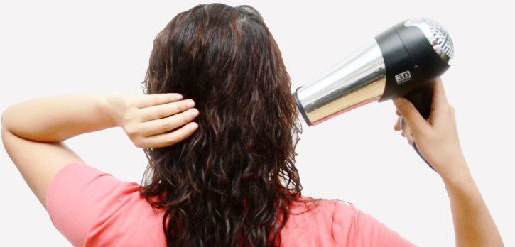 Fény pro rychlé vysušení vlasů před odchodem.