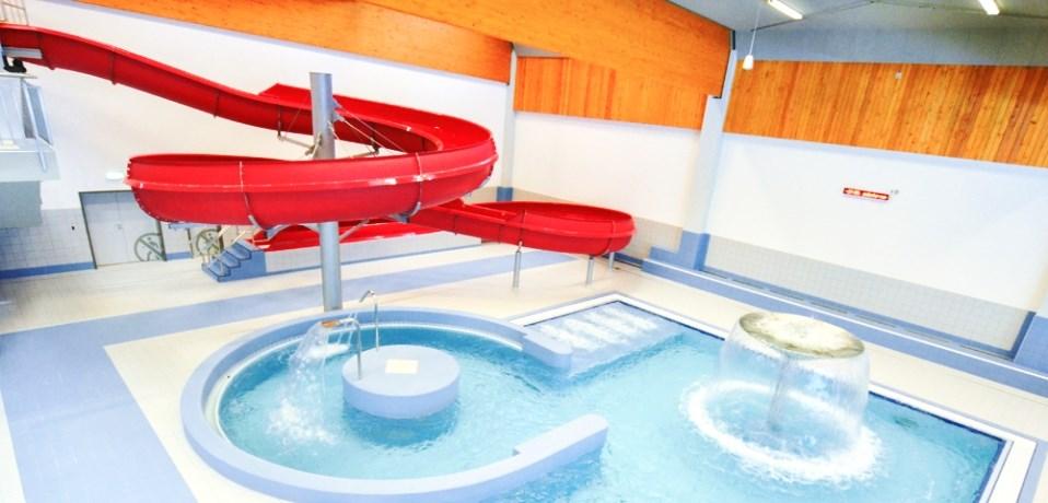 Proud divoké řeky, vodní chrlič a perličková lehátka v rekreačním bazénu Jedenáctka vodní svět.