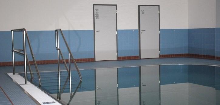 Vstup do nerezového bazénku velikosti 6 x 9 metru v Centru dětského plavání Jedenáctka.
