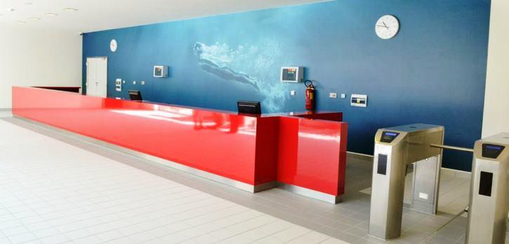 Vstupní prostory vodního světa a plaveckého bazénu Jedenáctka VS s recepcí, pokladnou a turnikety.
