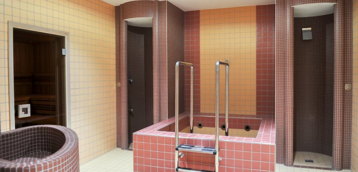 Pohled do wellness centra Jedenáctka se saunou, párou, sprchou a bazénkem studené vody pro ochlazení.
